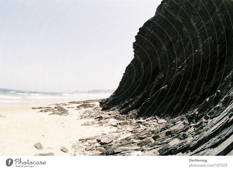 Steiniger Aufstieg Strand Fischauge Granit schwarz Steigung Menschenleer Meer Wellen Portugal Sommer Felsen Sand Schichtarbeit Berge u. Gebirge