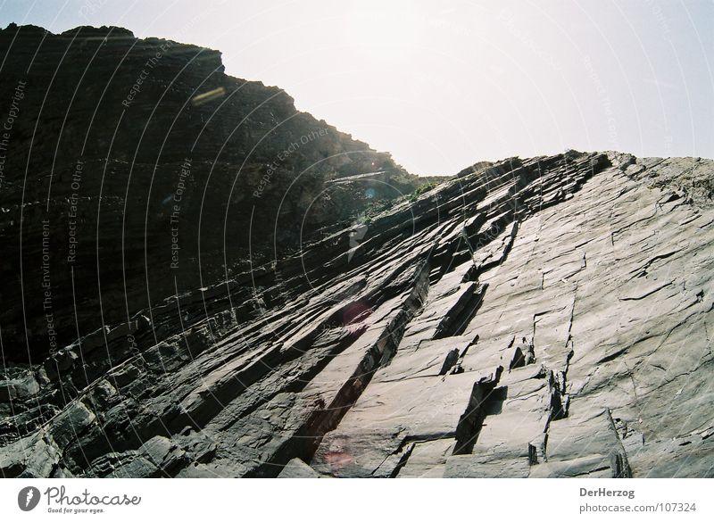 Steiniger Aufstieg ll Strand steil Fischauge Granit schwarz Steigung Menschenleer Portugal Felsen hell Schichtarbeit Berge u. Gebirge