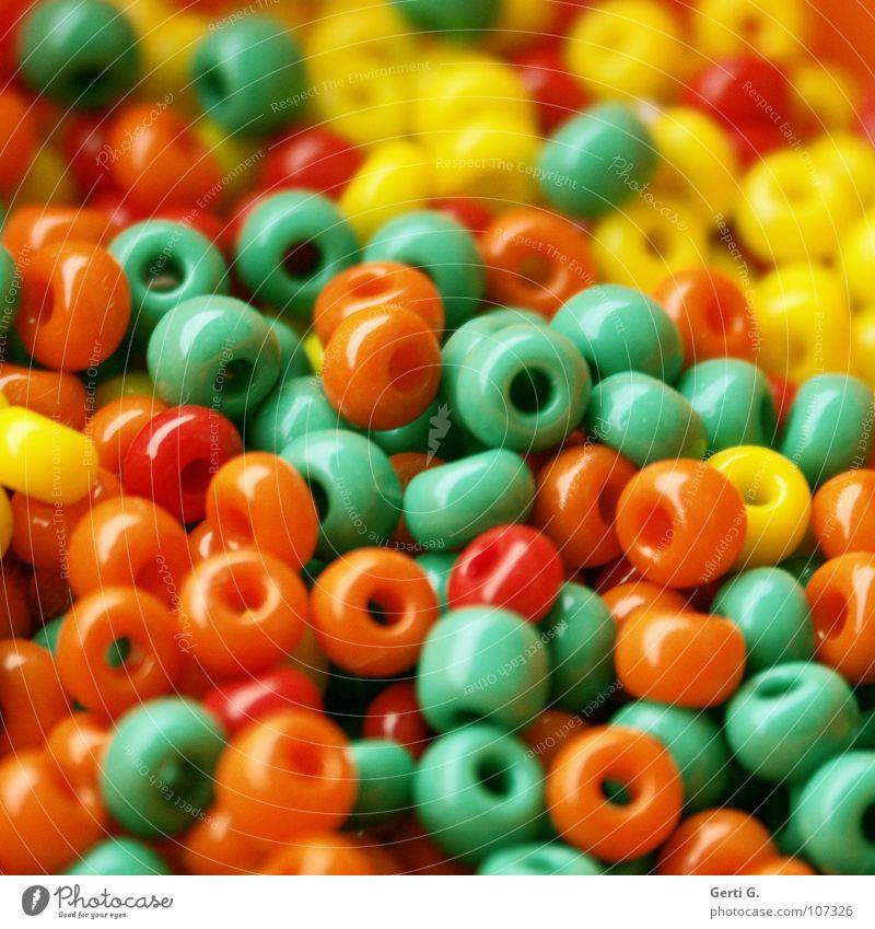 orogrülb* grün rot Freude gelb Spielen klein orange mehrere kaputt viele Kunststoff Spielzeug Statue Schmuck Reichtum Loch