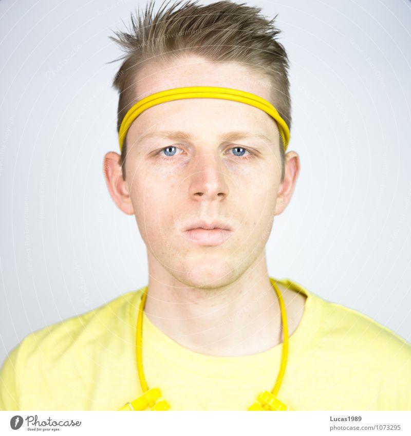Farbstudie - Yellow-Man Mensch maskulin Junger Mann Jugendliche Erwachsene 1 18-30 Jahre Mode Bekleidung T-Shirt Halskette Wäscheklammern Stirnband Stahlkabel