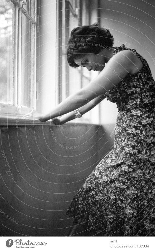 waiting Frau Jugendliche Einsamkeit Fenster Filmindustrie Kleid analog Single Monochrom Tanzfläche
