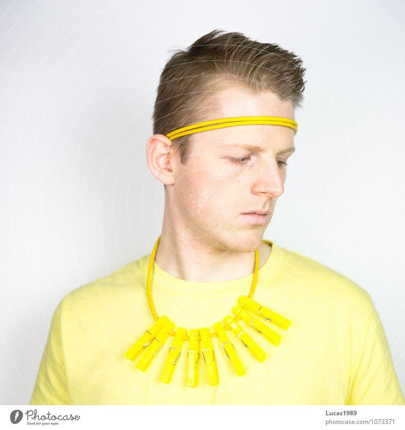 #100 Farbstudie - Abwenden Mensch maskulin Junger Mann Jugendliche Erwachsene 18-30 Jahre Mode Bekleidung T-Shirt Halskette Stirnband Haarband Wäscheklammern