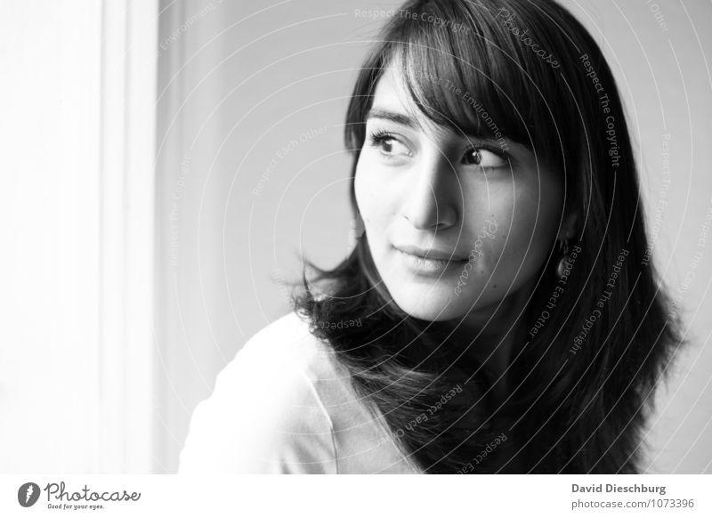 Myriam S/W feminin Junge Frau Jugendliche Erwachsene Kopf Haare & Frisuren Gesicht 1 Mensch 18-30 Jahre T-Shirt schwarzhaarig langhaarig Gefühle Glück