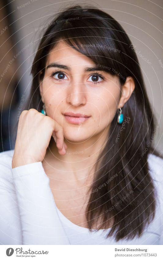 Natürlich feminin Junge Frau Jugendliche Erwachsene Kopf Gesicht Arme Hand 1 Mensch 18-30 Jahre Ohrringe schwarzhaarig brünett langhaarig Zufriedenheit