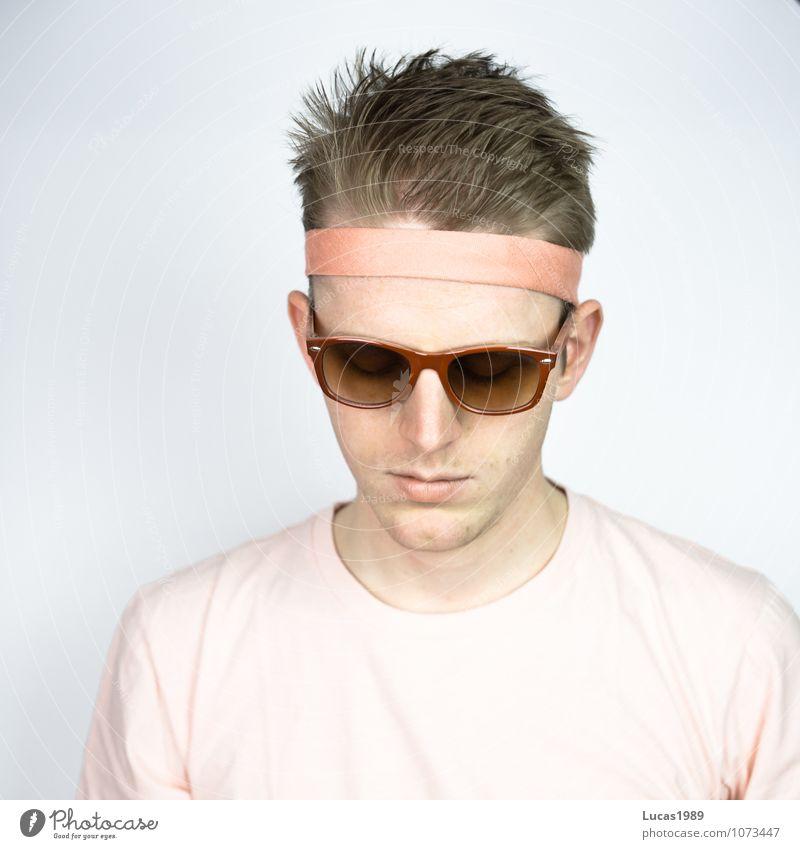 Farbstudie - Blick Mensch Junger Mann Jugendliche Erwachsene 1 18-30 Jahre Mode Bekleidung T-Shirt Haarband Sonnenbrille Brille Haare & Frisuren blond