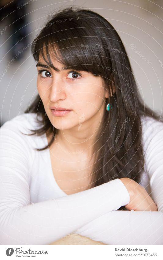 AugenBlick feminin Junge Frau Jugendliche Erwachsene Kopf Gesicht Hand 1 Mensch 18-30 Jahre Ohrringe schwarzhaarig brünett langhaarig Coolness achtsam
