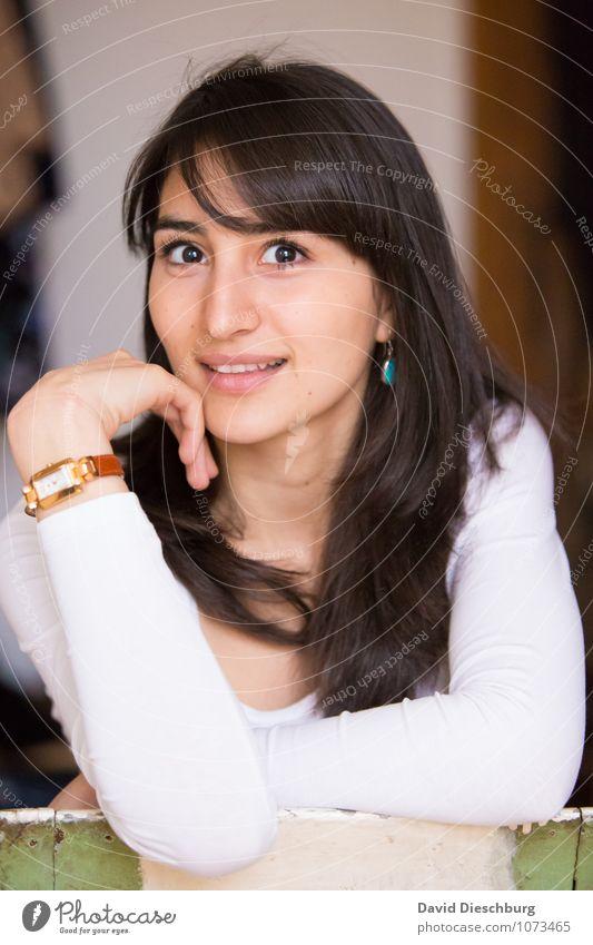 Smart II feminin Junge Frau Jugendliche Erwachsene Kopf Gesicht 1 Mensch 18-30 Jahre Armbanduhr schwarzhaarig brünett langhaarig Glück Fröhlichkeit
