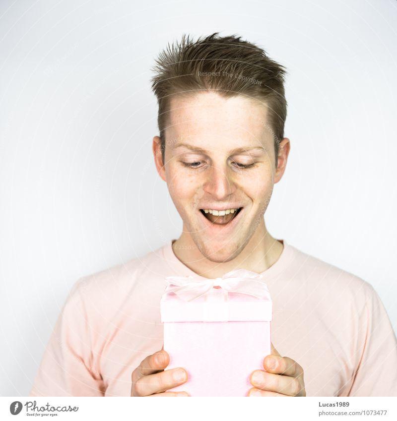 Farbstudie - Dankeschön Mensch Jugendliche Mann rot Freude Junger Mann 18-30 Jahre Erwachsene Anti-Weihnachten Glück lachen rosa glänzend leuchten Zufriedenheit