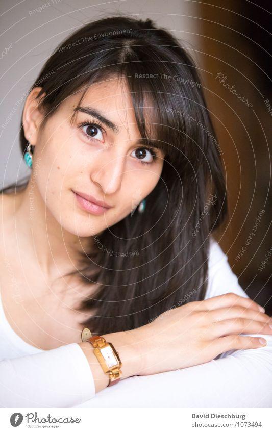 Entschlossen feminin Junge Frau Jugendliche Erwachsene Kopf Gesicht Arme Hand 1 Mensch 18-30 Jahre Schmuck Ohrringe Armbanduhr schwarzhaarig langhaarig