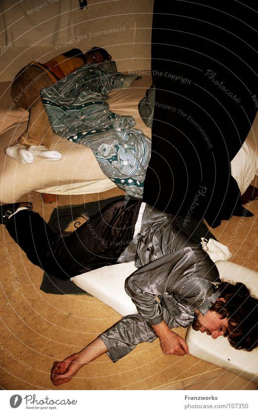 Aus die Maus... Jugendliche Feste & Feiern schlafen leer Bett Bodenbelag kaputt liegen Alkoholisiert Vorhang chaotisch Decke fertig Entertainment Kissen Kultur