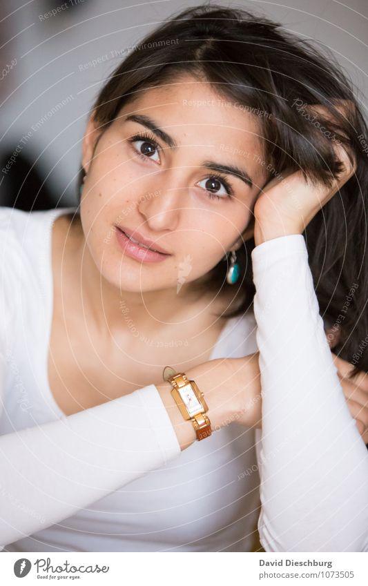 Blickkontakt Mensch Frau Jugendliche schön Junge Frau ruhig 18-30 Jahre Erwachsene Gesicht Gefühle feminin Denken Stimmung Mode träumen nachdenklich