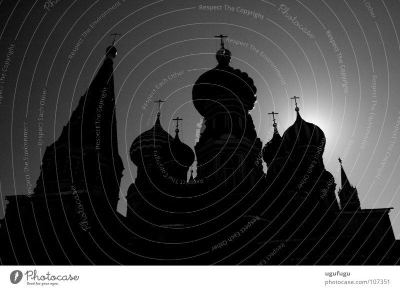St. Basil's Silhouette Gotteshäuser Moskau Schatten Kuppeldach Roter Platz Berühmte Bauten Bekanntheit Gegenlicht Schwarzweißfoto Turmspitze historisch