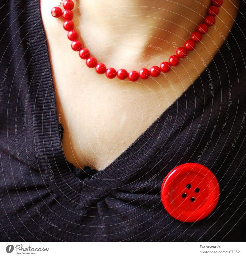 Geschmeide & Gebeine Frau schön rot feminin Falte Pullover Kette Hals schick Knöpfe Dekolleté