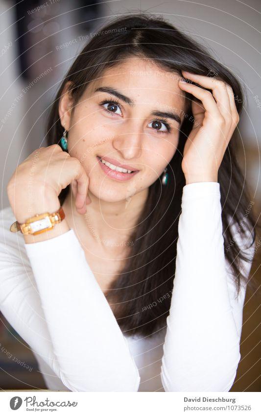 Smart feminin Junge Frau Jugendliche Erwachsene Kopf Gesicht Arme Hand 1 Mensch 18-30 Jahre Armbanduhr schwarzhaarig brünett langhaarig Freude Glück