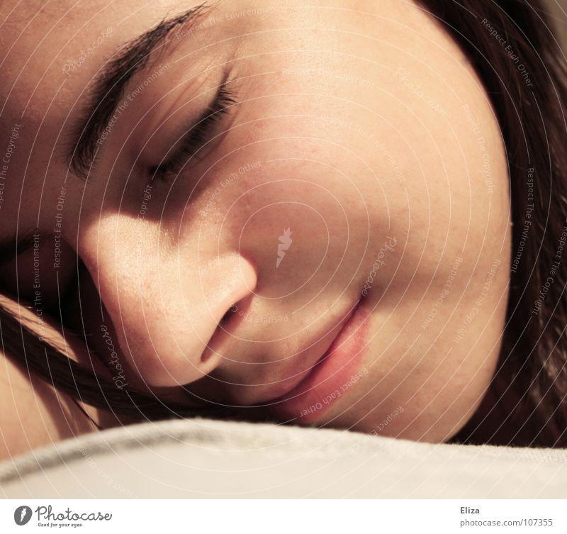 Gesicht einer entspannten jungen Frau Porträt schlafen träumen geschlossene Augen harmonisch zart weich Wellness liegen Halbschlaf Zufriedenheit Haarsträhne