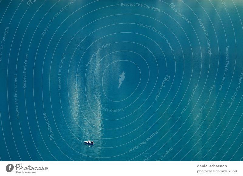 der See ruhig Einsamkeit zyan Ruderboot Wasserfahrzeug Angeln Oberfläche Reflexion & Spiegelung glänzend Wellen Hintergrundbild Sauberkeit rein Freizeit & Hobby