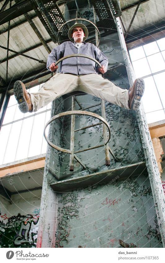 [SAFARI] - Kletteraffe weiß grau Gebäude lustig Kraft Beginn verrückt Gelassenheit hängen Leiter Lagerhalle Freak aufsteigen Witz Unsinn streben