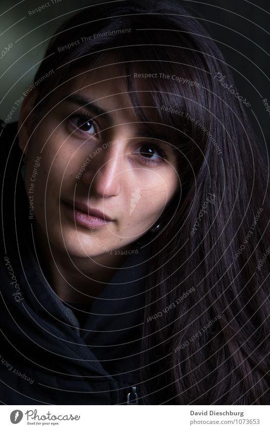 Keine Schattenseite feminin Junge Frau Jugendliche Erwachsene Kopf Haare & Frisuren Gesicht Auge Nase Mund Lippen 1 Mensch 18-30 Jahre schwarzhaarig langhaarig