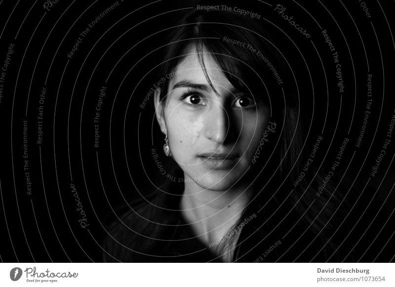 Momentaufnahme Mensch Frau Jugendliche Junge Frau ruhig 18-30 Jahre Gesicht Erwachsene Gefühle feminin Kopf träumen authentisch Coolness Hoffnung Glaube