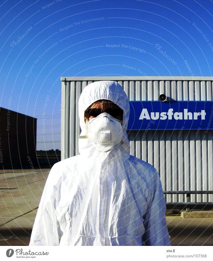 parkplatzanweiser Kerl Aktion Anzug weiß Sicherheit Schutzanzug Arbeitsbekleidung Pentium Arbeitsschuhe Stahlkappe Maske Schutzmaske Atemschutzmaske Parkplatz