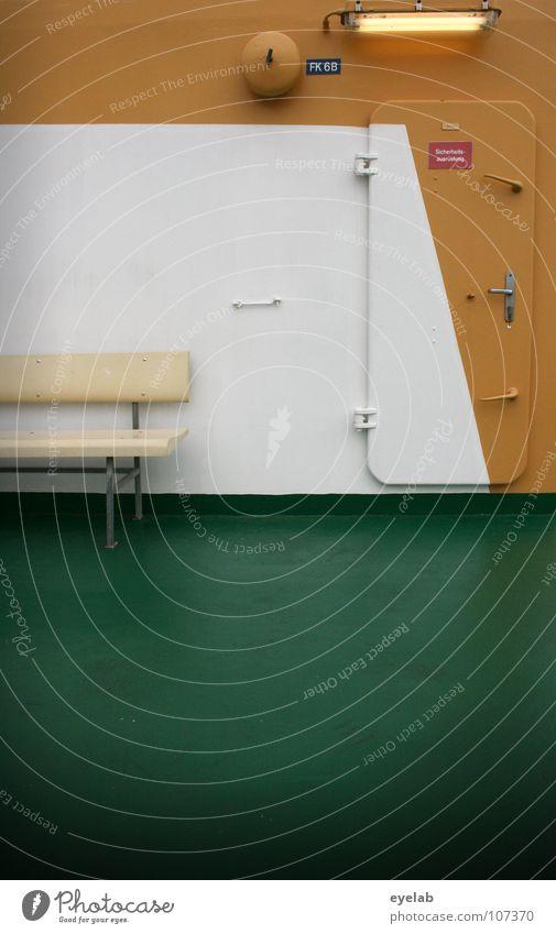 Ergebnis der Malerarbeiten bei Windstärke 6-7 Wasserfahrzeug Frachter Fähre Lampe Neonlicht Trennwand grün gelb weiß Glocke leer Illumination Ölfarbe Autofähre