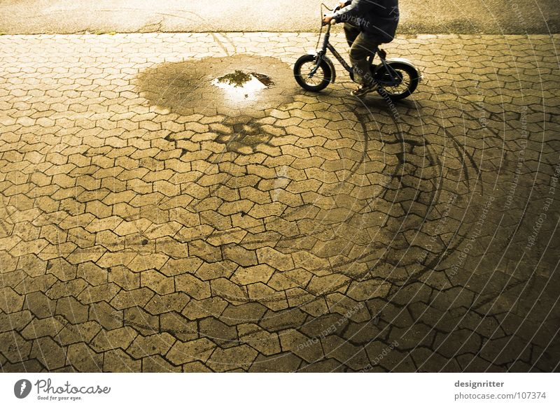 Fahr' nicht durch die ... Fahrrad Fahrradfahren Kinderfahrrad Pfütze dreckig nass Verbote Rebell protestieren ungehorsam Widerspruch widersetzen eigenwillig