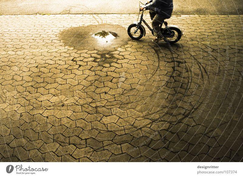 Fahr' nicht durch die ... Freude Freiheit Fahrrad dreckig nass frei fahren Verbote Pfütze frech Fahrradfahren protestieren widersetzen Rebell eigenwillig