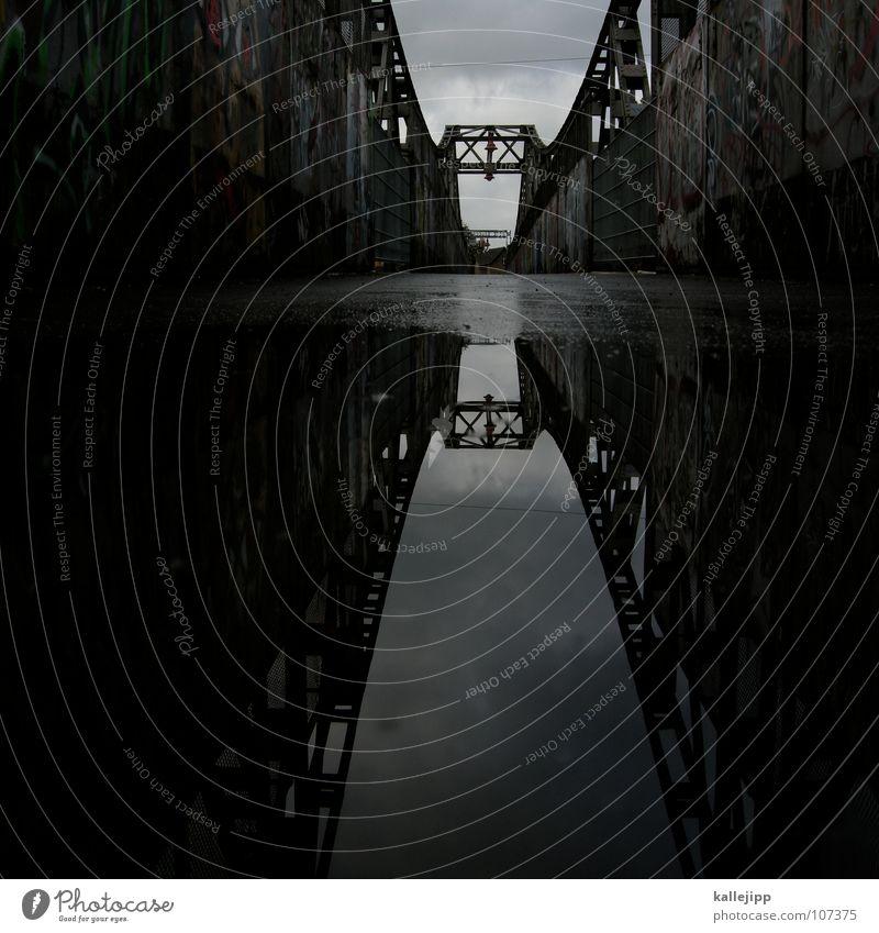 X dunkel Brücke Konstruktion Pfütze Spiegelbild Wasseroberfläche Wasserspiegelung Hängebrücke Wasserlache Stahlbrücke