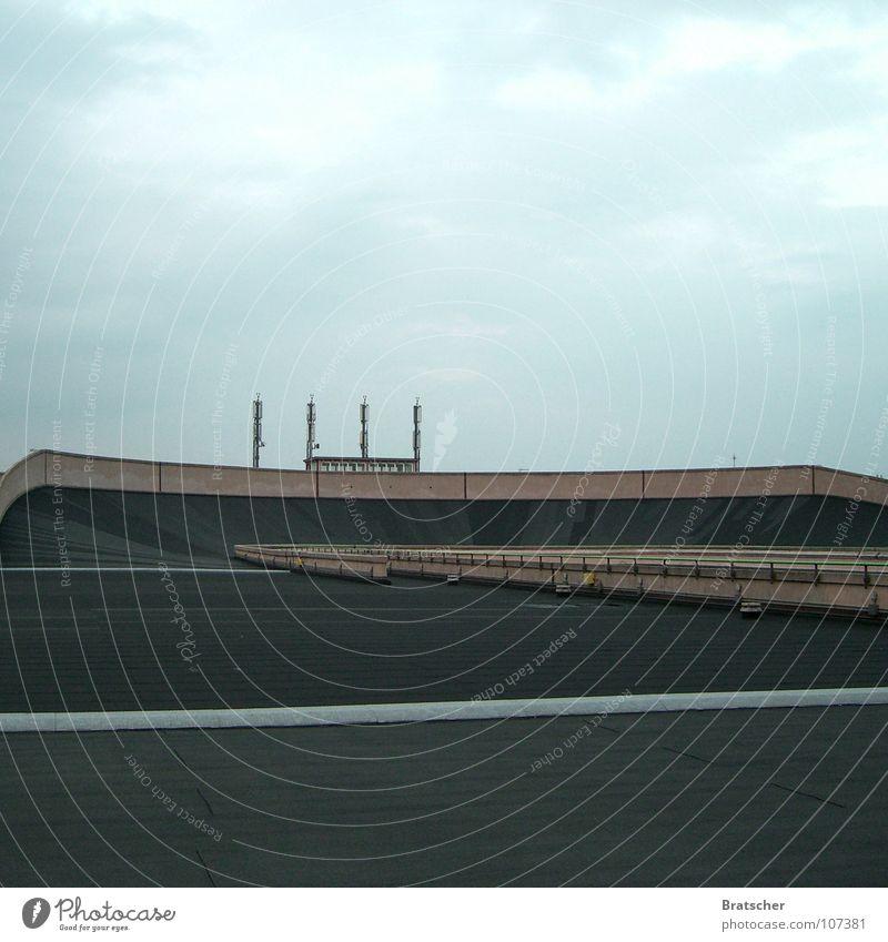 Hinterm Horizont gehts runter Rasen Asphalt KFZ historisch Denkmal Verkehrswege Wahrzeichen Kurve Rennbahn Autorennen Zentrifuge Rennwagen Turin Formel 1