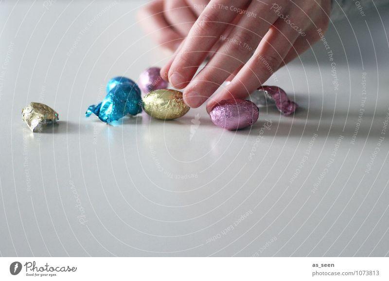 Naschen Lebensmittel Süßwaren Schokolade Schokoeier Ernährung Essen Diät Ostern Kind Kindheit Finger berühren authentisch glänzend klein süß mehrfarbig