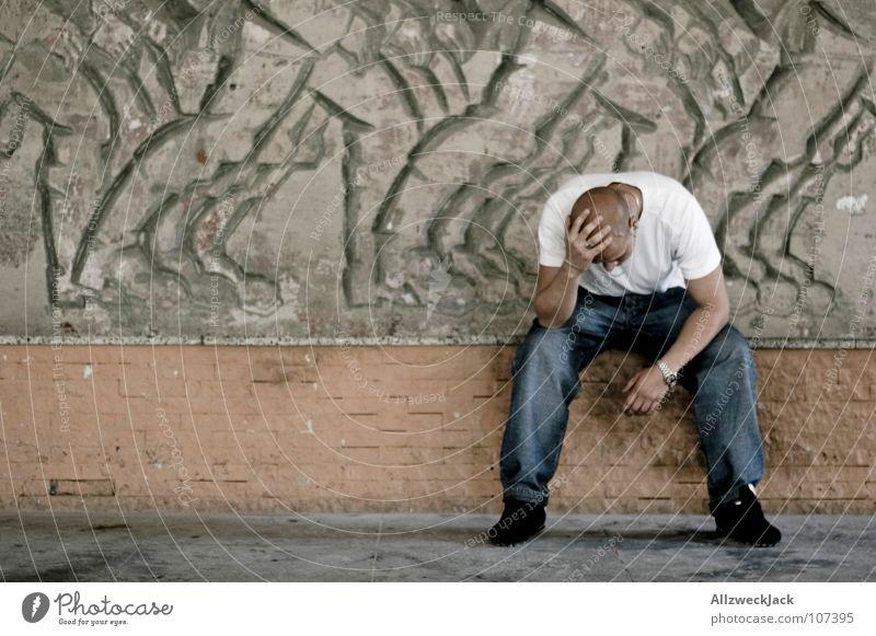 Kopfschmerz {m} = headache Mann Einsamkeit Denken Angst maskulin sitzen Trauer Schmerz Verzweiflung Panik Schwäche Kopfschmerzen ausweglos
