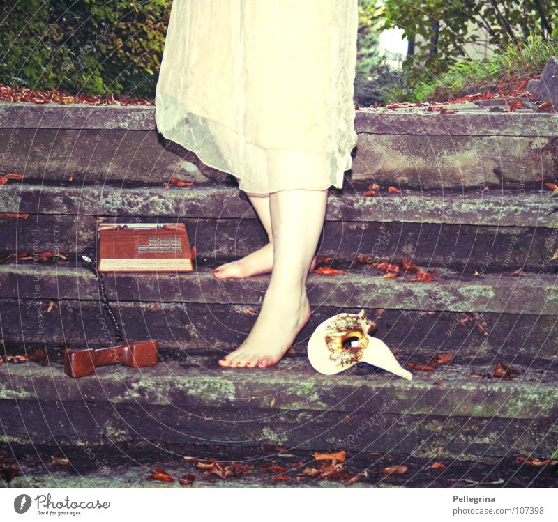 carneval de paris Frau alt Baum Blatt Holz Stein Fuß Beine gold Telefon Treppe Kleid Maske Karneval durchsichtig