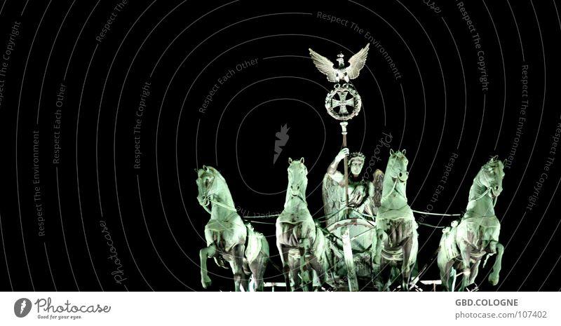 quadriga@night Brandenburger Tor Pferd Statue Denkmal Kunst Nike Gegenlicht Pariser Platz Wahrzeichen Staatssymbol historisch Berlin Sehenswürdigkeit Viktoria