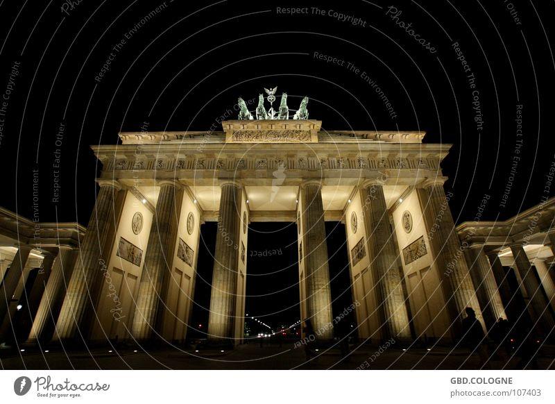brandenburgertorinberlinbeinacht Himmel blau Berlin Kunst historisch Wahrzeichen Denkmal Sehenswürdigkeit Statue Nachtaufnahme Langzeitbelichtung Nike
