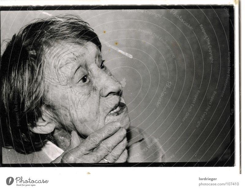 100 jahre Leben Urgroßmutter Frau Hand Erinnerung Vergangenheit Senior Sehnsucht Ferne Paradies Licht alt schwarz Fotografie Großmutter Mensch Tod der tot Auge