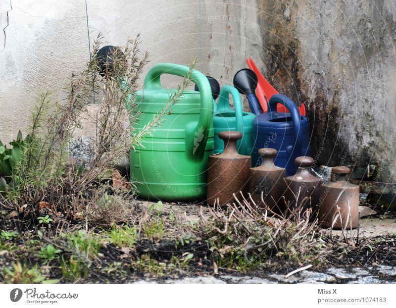 Krims und Krams alt Wand Mauer Garten Häusliches Leben Sträucher Ecke Kitsch Müll Gartenarbeit gießen Krimskrams Gießkanne Pfund Kilogramm