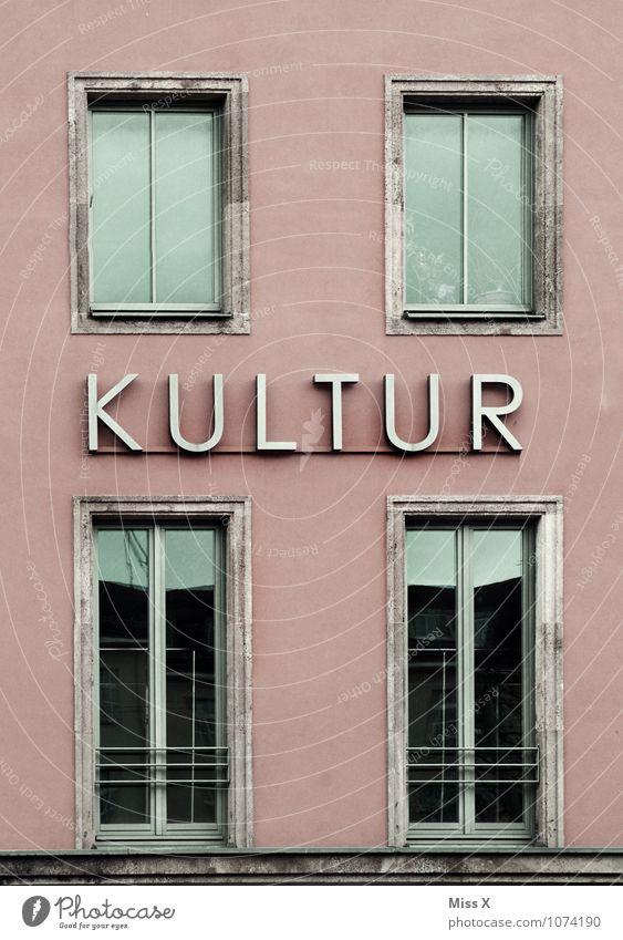 Kultur Lifestyle Veranstaltung Stadtzentrum Haus Bauwerk Gebäude Mauer Wand Fassade Fenster Zeichen Schriftzeichen Schilder & Markierungen Senior