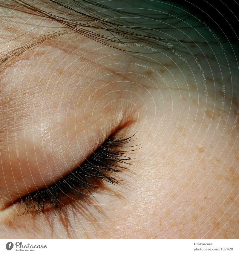 Lashes schwarz weiß Frau Haare & Frisuren Augenbraue Wange Blick nach unten geschlossene Augen schlafen Haarsträhne braun Schminke Wimperntusche Sommersprossen