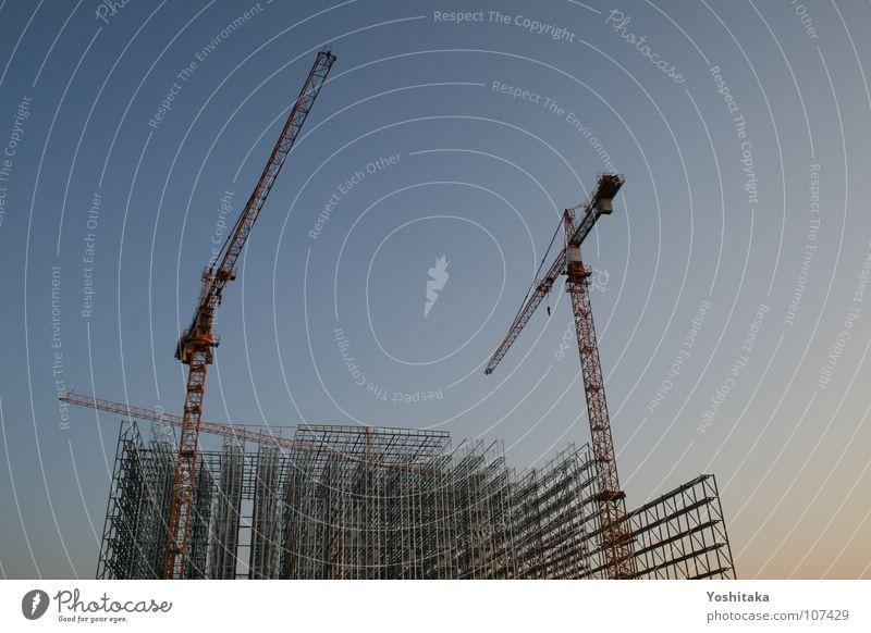 Baustelle im Himmel Himmel blau Industrie Baustelle Stahl Handwerk Sportveranstaltung Kran Konkurrenz Gitter parallel Baugerüst