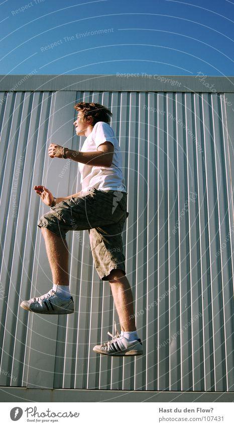 Treppe Himmel weiß blau Sommer Freude Arbeit & Erwerbstätigkeit Freiheit Haare & Frisuren Schuhe Feste & Feiern gehen laufen fliegen Zeit frei Erde