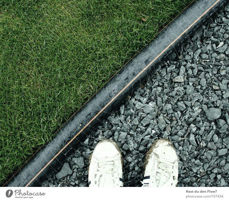 wo steh ich? Natur weiß grün schwarz Gras Freiheit Stein Fuß frei Industrie Baustelle Dorf Grenze Seite diagonal Trennung