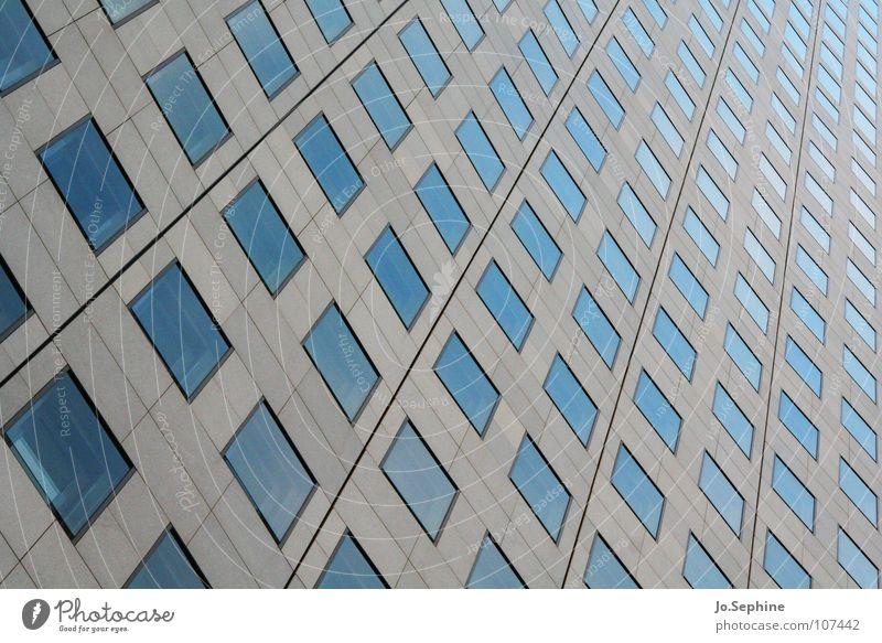 Hochhausgeometrie Gebäude Architektur Mauer Wand Fassade Fenster Beton Glas Linie eckig modern Stadt blau grau gleich Ordnung Surrealismus Symmetrie