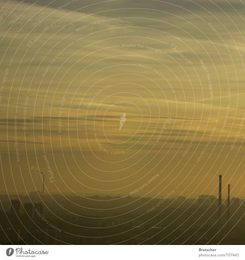 Herbstmüdigkeit dunkel Trauer Nebel Wolken Smog Feinstaub Industrie Verzweiflung Müdigkeit Traurigkeit erschlagen Schornstein Himmel Himmelhilf prokrastinieren