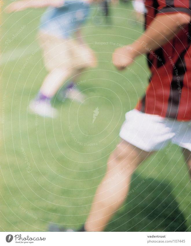 kicker Fußballschuhe Kick Torwart Wade Sportveranstaltung Weltmeisterschaft Fußballstadion Stadion Ballsport Spielen grün Fußballer rasen fussballrasen