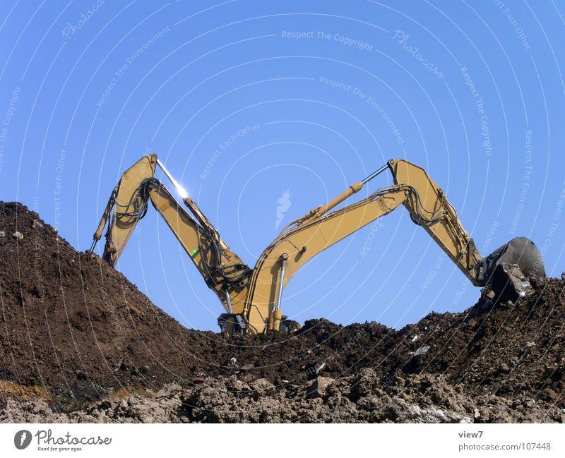 Baggerarbeit Himmel Sand Erde Kraft Kraft paarweise mehrere Baustelle Maschine Schönes Wetter beweglich Teamwork Blauer Himmel heben Bagger schwer