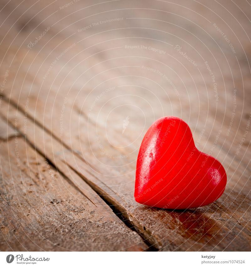 rotes Herz herz valentinstag liebe muttertag alt geschenk dunkel schwarzweiss holz tisch weiß braun dekor form symbol design textur vintage romantik abstrakt