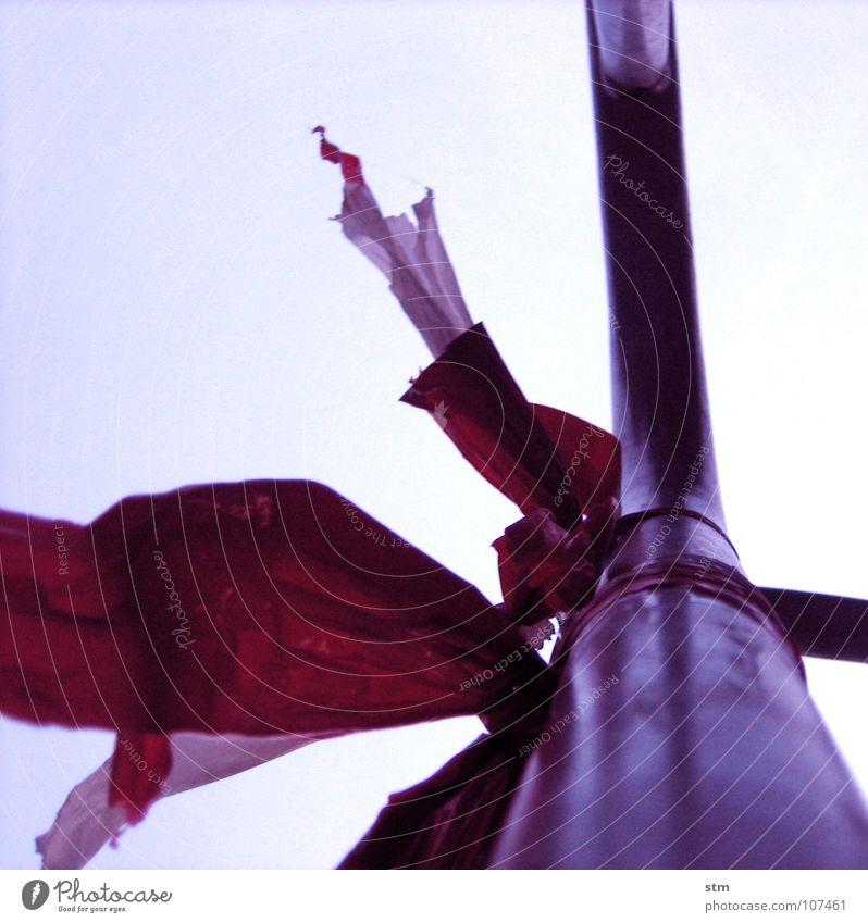 roadmovie 15 Barriere Sicherheit Zaun Grenze rot flattern Fahne Verbote Zugang rot-weiß Makroaufnahme Nahaufnahme Verkehrswege gefährlich Straße Schnur Statue