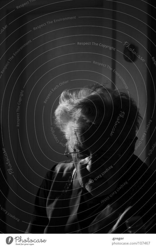 portrait of an old woman Großmutter ruhig schweigen ruhen Gedanke erinnern Erinnerung Denken verloren untergehen Weisheit klug Zeit alt Frustration