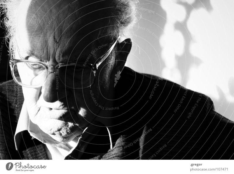 portrait of an old man alt ruhig Senior Tod Traurigkeit Denken warten Zeit leer Ende Vergänglichkeit tief Großvater Gedanke verloren Sinnesorgane