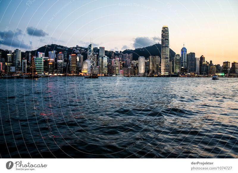 Blaue Stunde in Hongkong mit Skyline Ferien & Urlaub & Reisen Sommer Freude Haus Umwelt Architektur Gefühle Gebäude Zufriedenheit Tourismus Hochhaus Ausflug